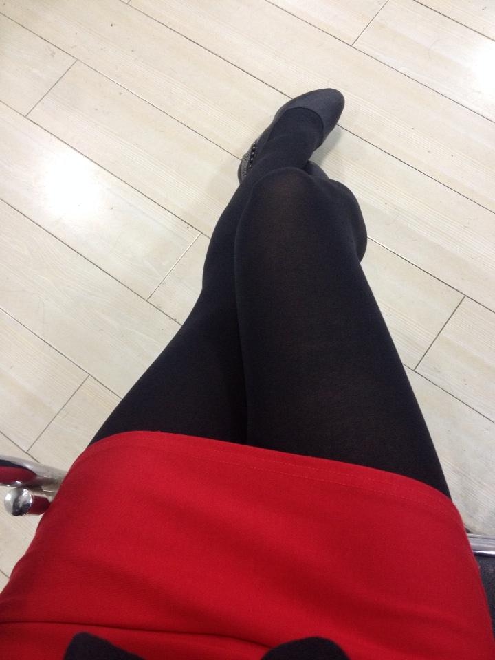 早上上班,一同事评价今天服装最大问题是丝袜不够透彻